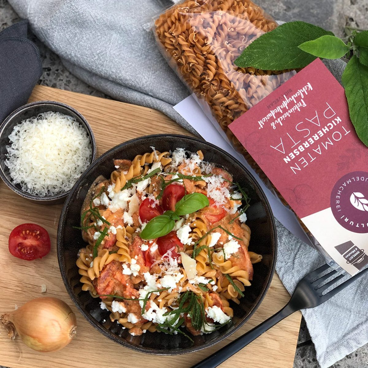 Pasta mit Tomaten-Salbei-Sauce und Feta