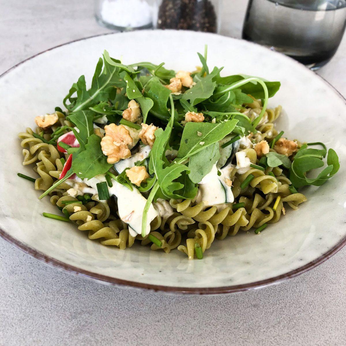 Spinat-Kichererbsen Pasta mit schneller Kaesesauce, Walnuessen und Rucola